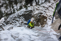 Die erste Seillänge muss man umgehen weil dort fließt gerade gar kein Wasser fließt. Ist aber unproblematisch. In der zweiten dann zur Zeit eher dünnes Eis, auch mit roten (10cm) Schrauben nicht absicherbar. Oben Stand an Bolt