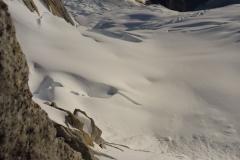 Der Teil im Eis ist länger als erwartet. Insgesamt gehen wir das Seil drei mal aus. Gute Stände finden sich immer auf der rechten Seite im Fels