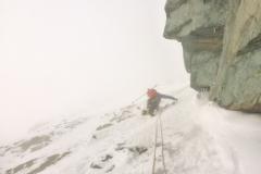 Über Nacht hatte es 15cm Neuschnee. Wie angekündigt sind die Wolken noch da und um 3 Uhr ziehen wir im Nebel los. Dank der Spur dreier Vorarlberger Bergsteiger in der Facilides Rinne sind wir in kaum einer Stunde am Einstieg