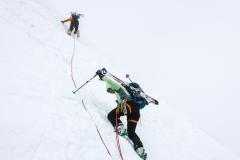 200hm über dem Lombardibiwak eine blanke Passage. Steigeisen raus für nur 15 Meter...