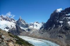 """Immer wieder beeindruckend: das Torretal. Wenn man bedenkt das El Mocho und Mochito (die beiden schneebedeckten """"Tonnen"""" rechts unterhalb vom Cerro Torre) zusammen 1000m Wandhöhe haben werden die Dimensionen klar"""