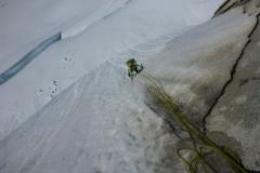ganz schön steil der Scheiss. Kurz nach dem Bergschrund wartet eine plattige Felsstelle (M4). Hier hängt zwar ein Fixseil aber das verschwindet einfach im Schnee. Man weiss also nicht woran man hängt...eher ein Tanz auf rohen Eiern