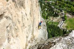 Wir steigen über die Rampe, also links, zur Katja Monte und vermeiden so die nahezu ungangbar abgespeckte Verschnneidung des Originaleinstiegs. Nach dem Quergang kurzes suchen wo man einfädeln muss