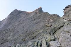 Am Einstieg zur Nordkante bzw. dem Abzweig zur Cassin habe ich zu viel nassen Fels gesehen. Alles ist klamm und ein wenig schmierig. Mit dem angekündigten Gewitter entscheiden wir uns für Verzicht