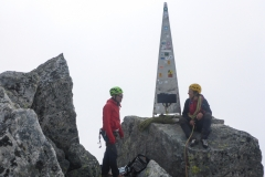 schöner Spass! Eine herrliche lange Tour auf einen schönen Gipfel. Wir waren nach kaum 4:30 oben und entscheiden uns geegen das Abseilen. Wir haben genug Zeit um aussen herum zu laufen
