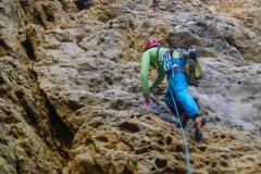 Als Zugang dient die Route Dolomiti. Hier muss über 4 Seillänger selbst abgesichert werden (bis 4+, wenige kleine und mittlere Cams)