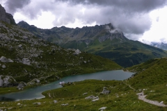 Der Partnunsee. Die Knubbel in der Bildmitte ist der Bergsee-Bungalow. Schaut auf https://littlecity.ch