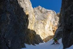 Man seilt quasi in die Dolomiten ab. Zumindest für 200 Meter erinnert die folgende Rinne daran