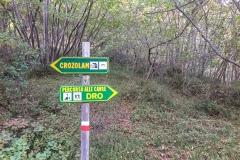 Vom Ausstieg konsequent nach rechts, nicht nach oben. Bei diesem Schild sollte dann alles klar sein (ca. 300 Meter vom Ausstieg)