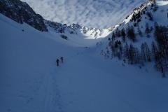 Endlich dem Skigebiet entronnen öffnet sich der Kessel und verspricht aberwitzig gutes Skigelände