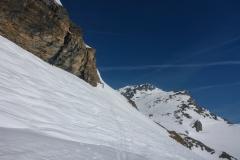 Der steile Südhang um ins Staffelkar zu gelangen ging bei uns mit Ski. Auch hier Vorsicht: Wächten oben, Geländefalle unten