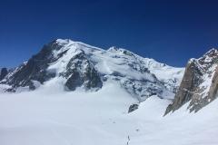 Das Triangle am Mont Blanc du Tacul ist sher trocken mit viel Blankeis. Von den Aussitiegen geht eine Spur zum Gipfel weiter...Mont Blanc wird berannt und hat augenscheinlich recht gute Bedingungen