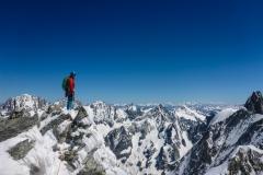 Am Gipfelaufbau gibt es ca. alle 20m geborte und zum abseilen eingerichtete Stände. Insgesamt viel lockeres Zeug