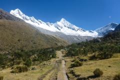Nach einer Steilstufe sieht man sie endlich: Alpamayo in Bildmitte und Quitaraju (links)