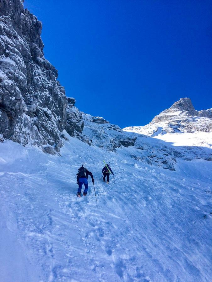 vom Hausbergparkplatz durch Skigebiet und dann in die schattigen Schöngänge