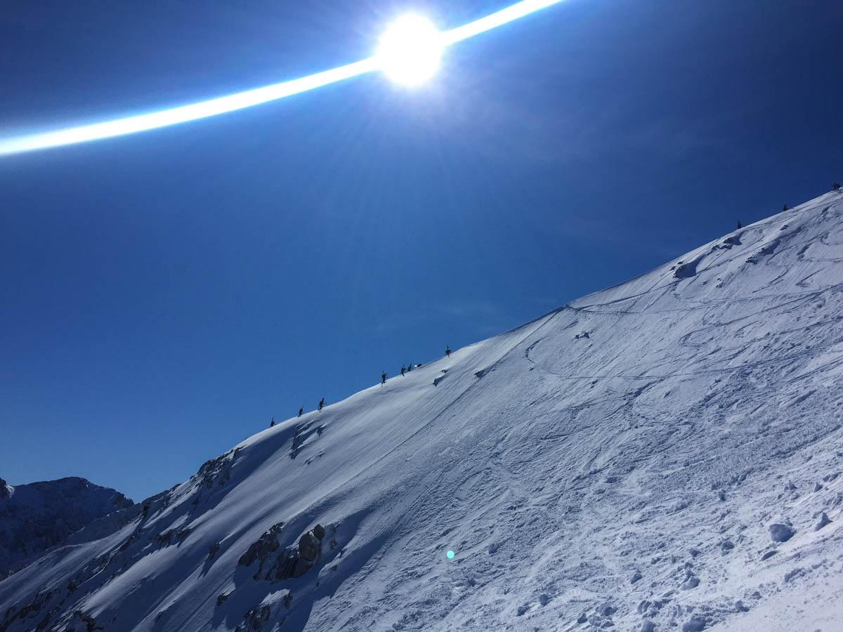 Die >Spur am Grat ist optimal eingetreten. Wer nicht die Ostflanke fahren will kann die Ski unten lassen
