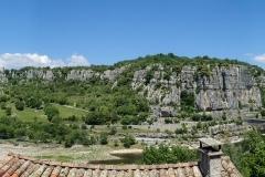 Von Balazuc der Blick auf den Kletterfels (etwas links von der Bildmitte)