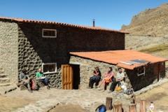 Das Gebiet liegt ca. 70km südlich von Huaraz in der Cordillera Negra auf ca. 4200m, nahe der Ortschaft Cetec. Man kann im Refugio übernachten oder einfach daneben zelten