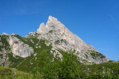 Der Hexenstein (Sasso di Stria) vom Falzaregopass aus geehen. Die SW-Kante ist im Profil links zu sehen