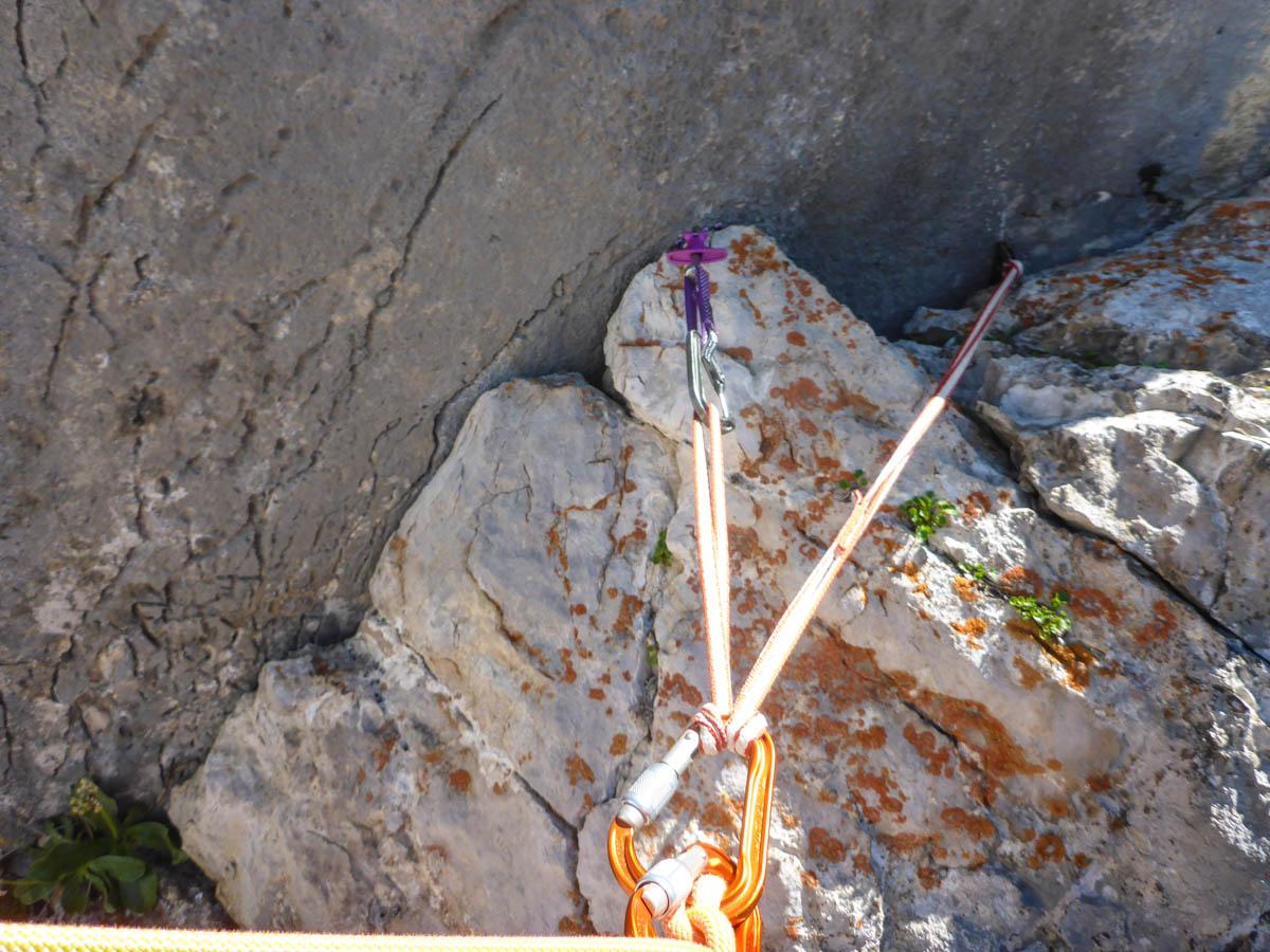 Nach jeder Seillänge sind gute Stände (2x Köpfel/Latsche). Nicht vor der letzen. Ein kleiner Friend hilft hier weiter