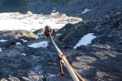 Wirklich schwere Klettersellen sind mit Tauen entschärft. Die Taue sind dick...selbst der grosse Ballock passt nicht immer
