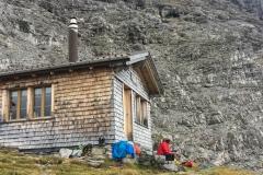 Schöne Selbstversorgerhütte mit Holz, Gas, Wasser, Getränken. Man muss nur eigenes Futter mitnehmen