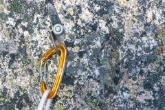 Nachmal Absicherung: kleine bis mittlere Keile, Cams 0.3-1 doppelt, ein 2er, wenige Schlingen