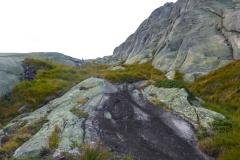 der Abstieg geht nach Osten entlang von Steinmandeln über deutliche Wegspuren