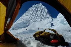 Fenster mit Aussicht. Schönster Berg - Alpamayo (5947 m, Nordseite).