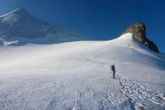 Man sieht schon wie die NO-Seite der Schneekuppe ausapert. Schon jetzt sind blanke Stellen da, die meisten Seilschaften haben gesichert