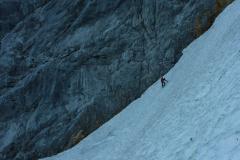 Das Schneefeld zum Einstieg ist ca. 35° geneigt. Leichtsteigeisen sind durchaus ratsam wenns kühl ist oder ordentlich abstrahlt. Bei uns wars halbfeser Matsch, in Zustiegsschuhen und nem leichtpickel easy zu machen