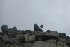 Die erste Abseilstelle ist direkt (2m) westlich vom Gipfelkreuz