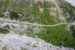 Am Aussieg noch ca. 40m 4a. Danach auf Pfadspuren unschwierig zum Normalweg und runter zum Valparolo Pass