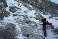 Die erste Länge nach dem Zustiegsschneefeld. Wir hatten wohl relativ viel Schnee. Zwar war der erste Stand leicht zu finden, der im Topo erwähnte Normalhaken war allerdings unter dickem Eis