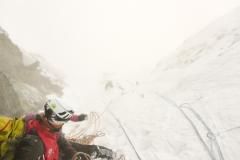Man ist ja immer ein wenig angespannt vor solchen Aktionen. Da ist die Sucherei nach einer herunterfallenen Eisschraube, gesichert an einem Stand der bei Entlastung einfach abfallen würde (!) ein richtig guter Start in den Klettertag