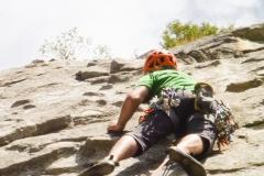 """Es ist heiss im Valley. Klettern ist nur vormittags möglich. Wir gehen zu Pat and Jacks Pinnacle und haben eine Menge Spass an den """"knobs"""" die an dieser Wand alle Meter rausschauen. Hier: Makalaya's Climb"""