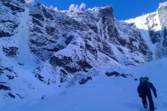 Eine grandiose Arena! Für den Zustieg sind Ski oder Schneeschuhe zur Zeit nicht nützlich...Stecken durchaus. Erwähnenswert auch, das Mordor ab 9:30h (Anfang Feb) Sonne bekommt