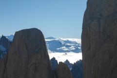 Der Blick zwischen Aguja Desmochada und Aguja de la Silla auf das Inlandeis