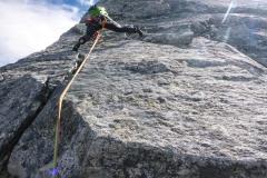 Kurz unterhalb vom Gipfel muss man nochmal für 10 Meter richtig klettern. Wie überall auf der Tour aber alles bestens abzusichern. Cams 0.3 bis 2, evtl. 3 und ein Satz Keile sind ausreichend wenn man V im Granit gut klettern kann