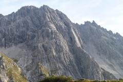 Den Zustieg kannten wir ja schon vom Plattenzauber. Der Melzergrat ist der Aufschwung rechts der grossen Höhle. Direkt an der Höhle ist die Melzerplatte...also rechts davon ...mit Sonne