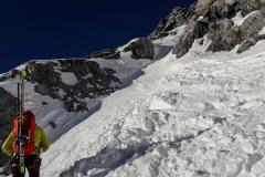 Wir tragen die Ski komplett den Berg hoch. Gut 1000hm. Der Schnee was schlicht zu eisig um auch mit Harscheisen vernünftig unterwegs zu sein