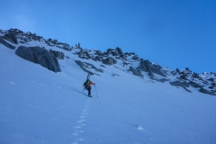 Ab ca. 100m unter dem Gipfel wird es zu eisig und zu steil und wir gehen mit Steigeisen weiter. Die Ski hinauf zu tragen war eine gute Idee:)