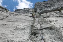 Die erste Länge ist easy, die zweite stimmt ein und in der dritten beginnt tolste Kletterei die bis 15m vorm Ausstieg nimmer aufhört (dort schrofig)