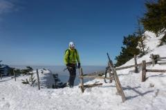 Es folgt harmloses Gestapfe und ein oder zwei kleine Eisstufen bis nach oben. Die Ausstiegsrinne wäre ohne Schnee heikel