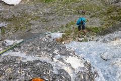 Die 8er Länge können wir nur halb klettern. Am Stand schon Regen, in der Mitte dann einsetzender Graupel. Weg hier.