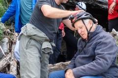 Mansche Teilnehmer scheinen schon beim anbringer der Stirnlampe heillos überfordert. Die einen helfen...