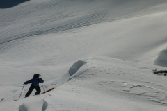 Mit Ski bis zum Gipfel ist wohl eher nur was für Harscheisenkünstler. Steil und im Moment sehr vereist