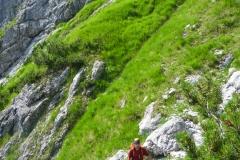 ab hier geht ein deutlicher Weg den Vorbau hinauf. Dieser Teil ist gut zu finden, generell ist deas Bergsteigen.comn-Topo recht gut. Auf Details achten!