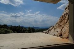 Höhlenartiger Ausblick ins Tal