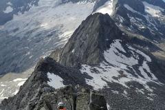 Abstieg über den Südost-Grat des Monte Sissone. Im Hintergrund erhebt sich der Monte Disgrazia.